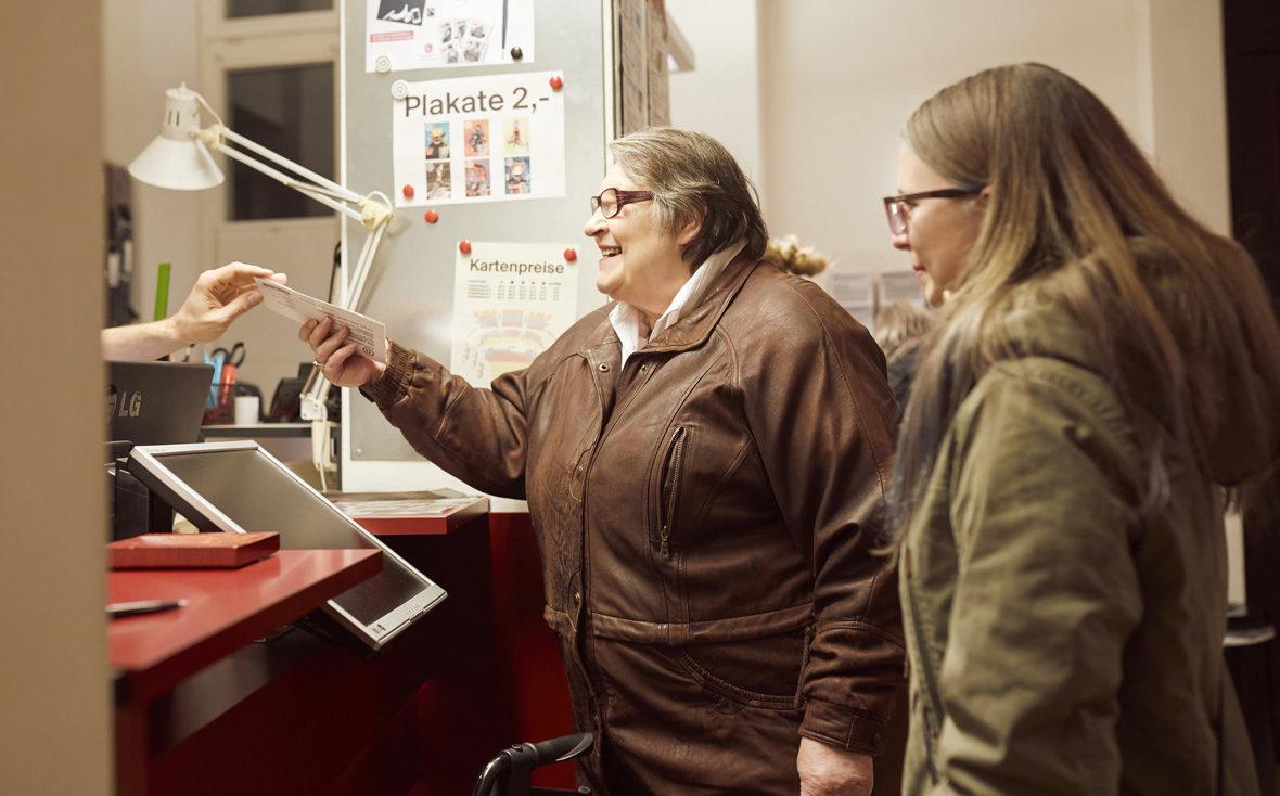 Kulturisten Hoch2: Ingrid Rieper holt die Eintrittskarten ab.