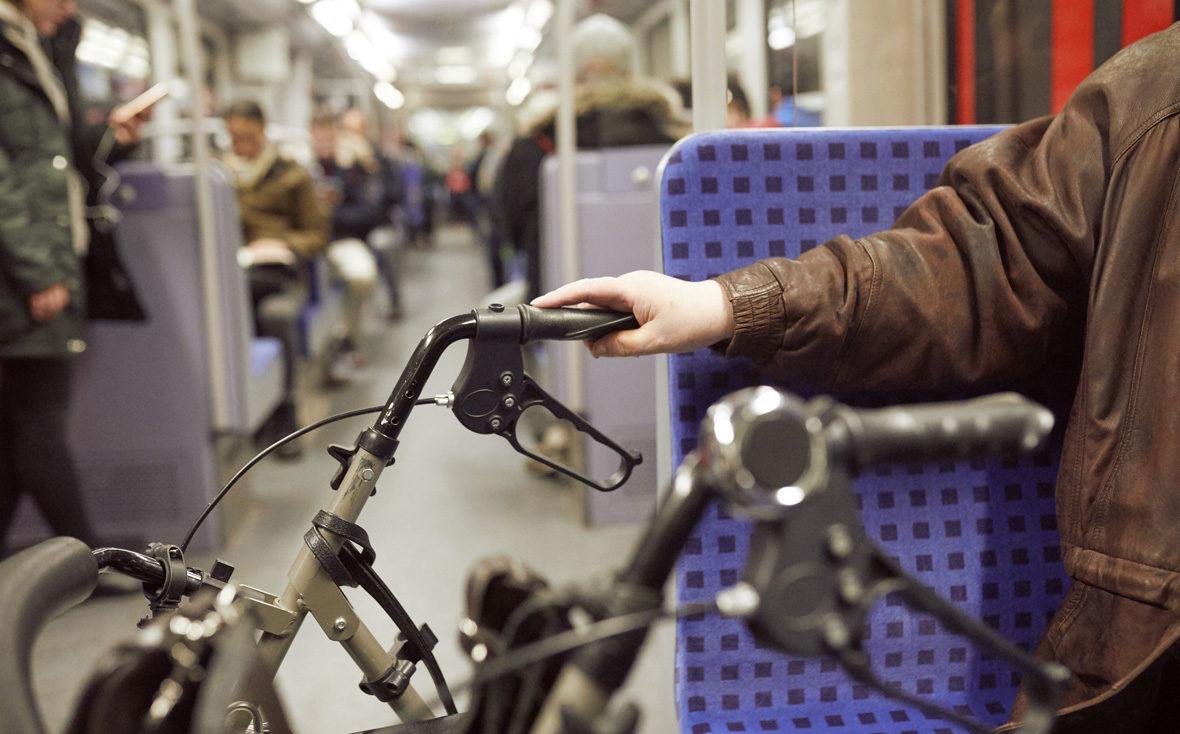 Kulturisten Hoch2: Mit Rollator in der Bahn.
