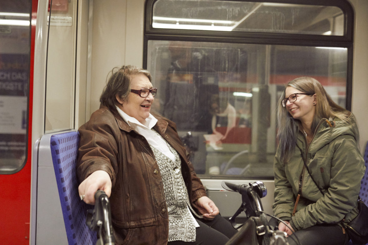 Kulturisten Hoch2: Julia und Frau Rieper sitzen in der Bahn.