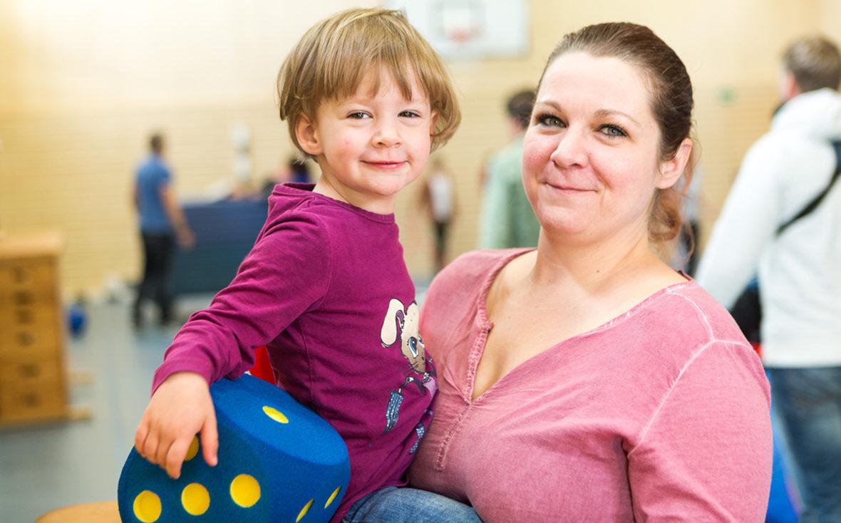 Eine Mutter mit ihrem Kind in der Turnhalle.