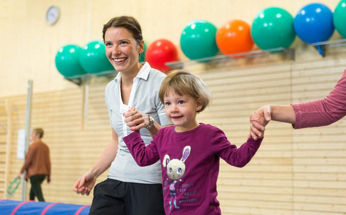 Physiotherapeut Marleen Reuter in der Turnhalle.