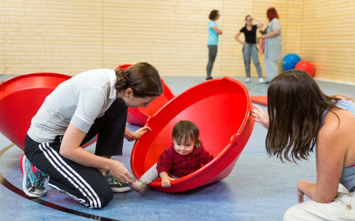 Physiotherapeutin Marleen Reuter betreut in der Suchtklinik den Mutter-Kind-Sport.
