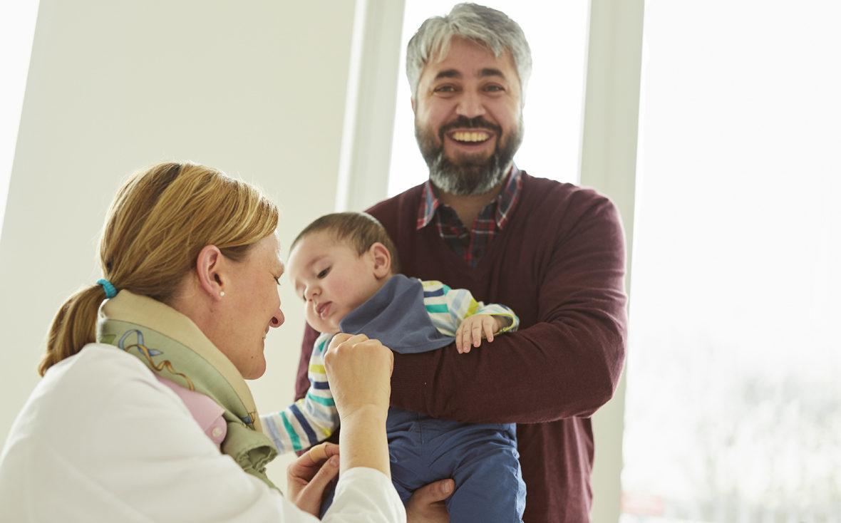 Dr. Bley mit Emir und Vater Halim im Universitätsklinikum Hamburg-Eppendorf.