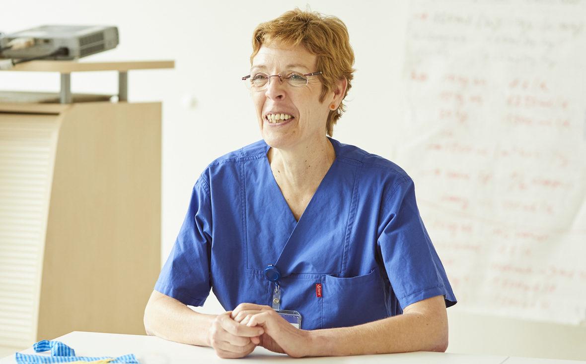 Schwester Waltraud betreut die NCL- und Leukodystrophie-Patienten und Familien im Uniklinikum Hamburg-Eppendorf