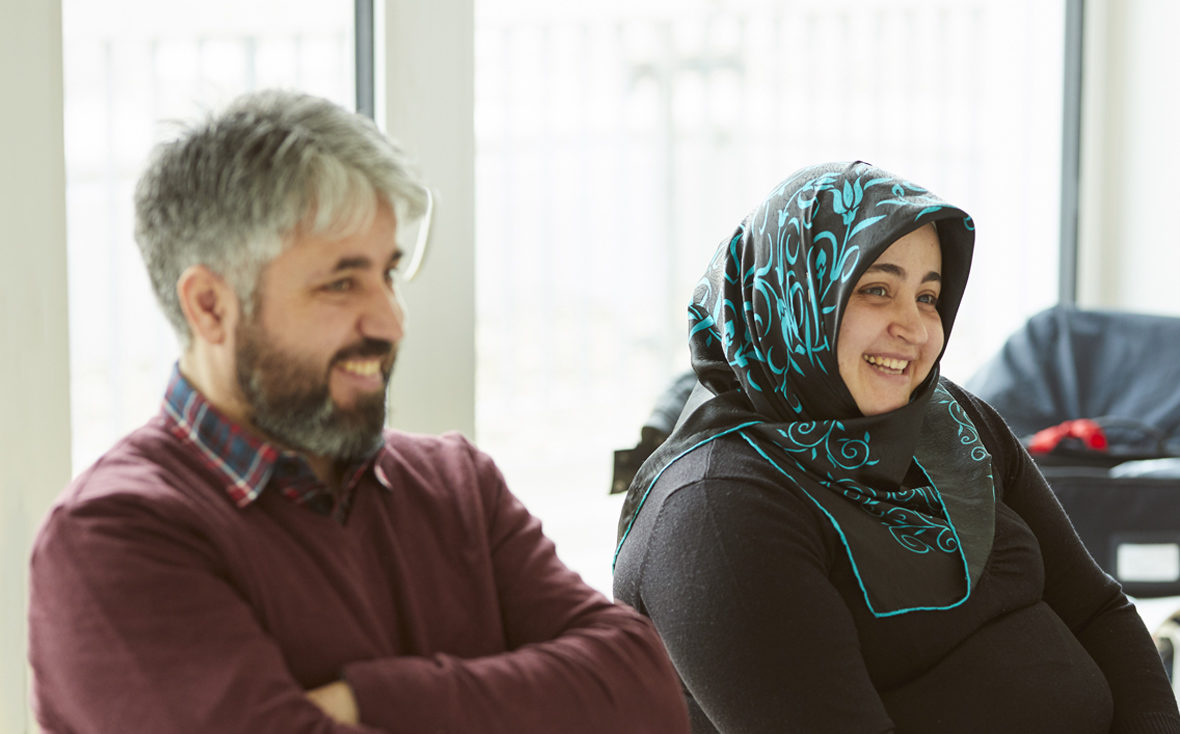 Emirs Eltern Halim (links) und Ümmügülsüm (rechts) kommen regelmäßig ins Uniklinikum Hamburg-Eppendorf zur Leukodystrophie-Sprechstunde