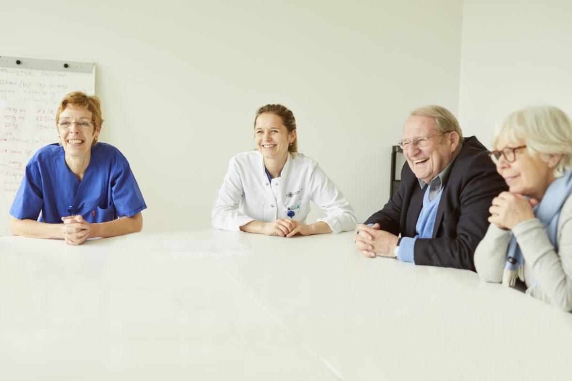 Schwester Waltraud, Dr. med. Eva Wibbeler vom UKE sowie Theo Froehlich und Marlies Paschen vom Verein Freunde der Kinderklinik