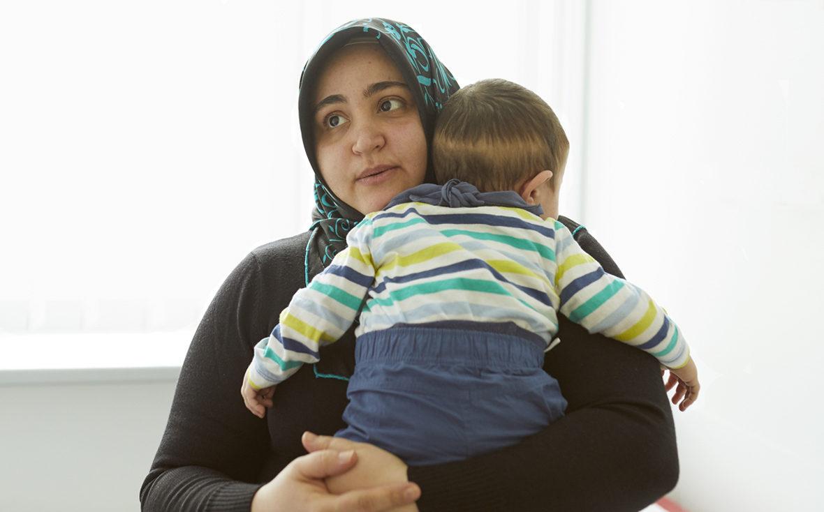 Emir im Arm seiner Mutter im Behandlungsraum der Leukodsystrophie-Sprechstunde im Univesitätsklinikum Hamburg-Eppendorf.