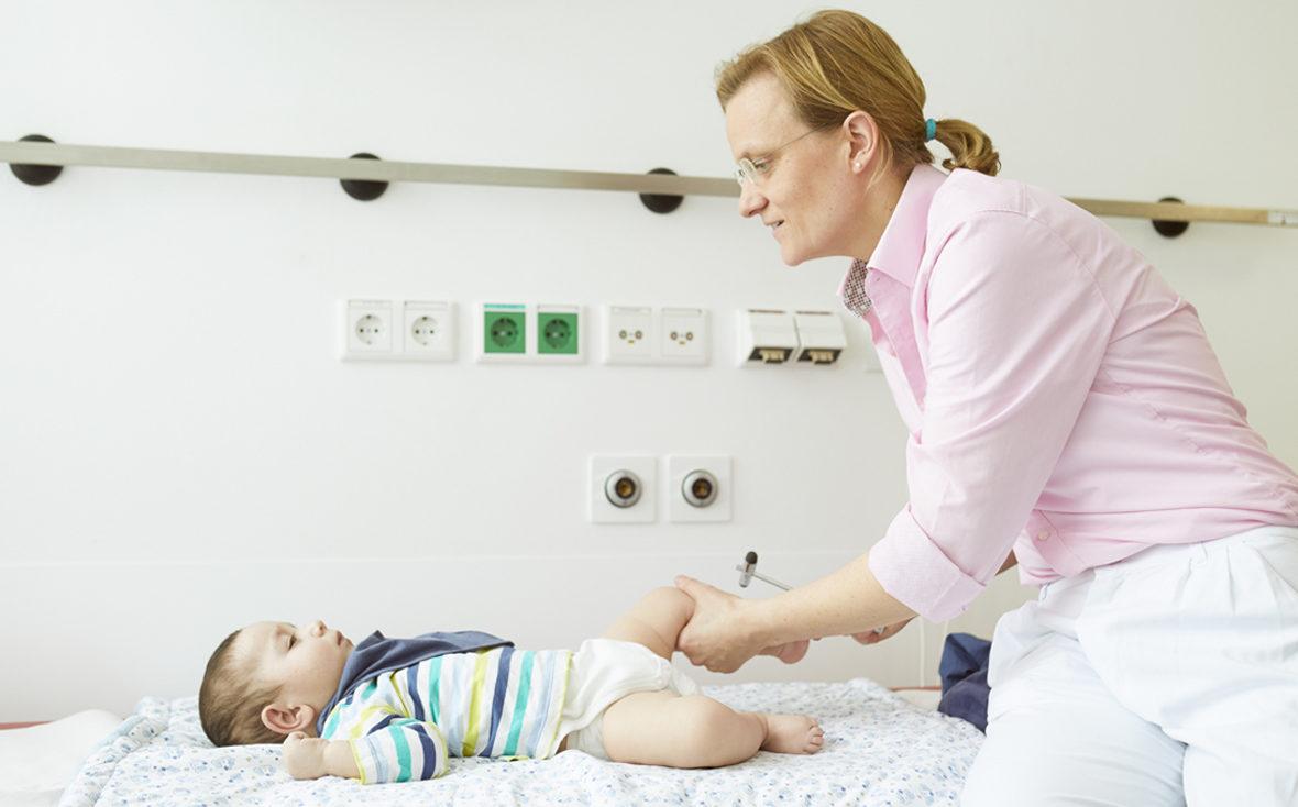 Dr. med. Bley testet die Reflexe des einjärhigen Emirs in der Leukodystrophie-Sprechstunde im Universitätsklinikum Hamburg-Eppendorf.