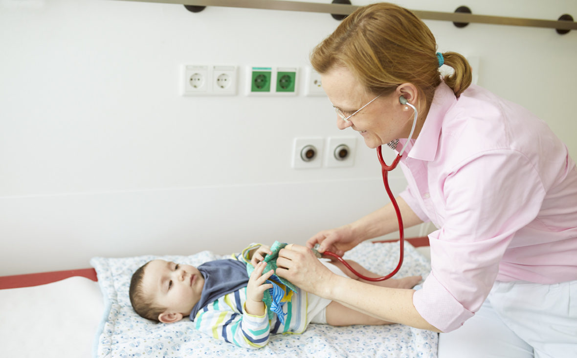 Dr. med. Bley von der Leukodystrophie-Sprechstunde im Universitätsklinikum Hamburg-Eppendorf untersucht den Einjährigen Emir.