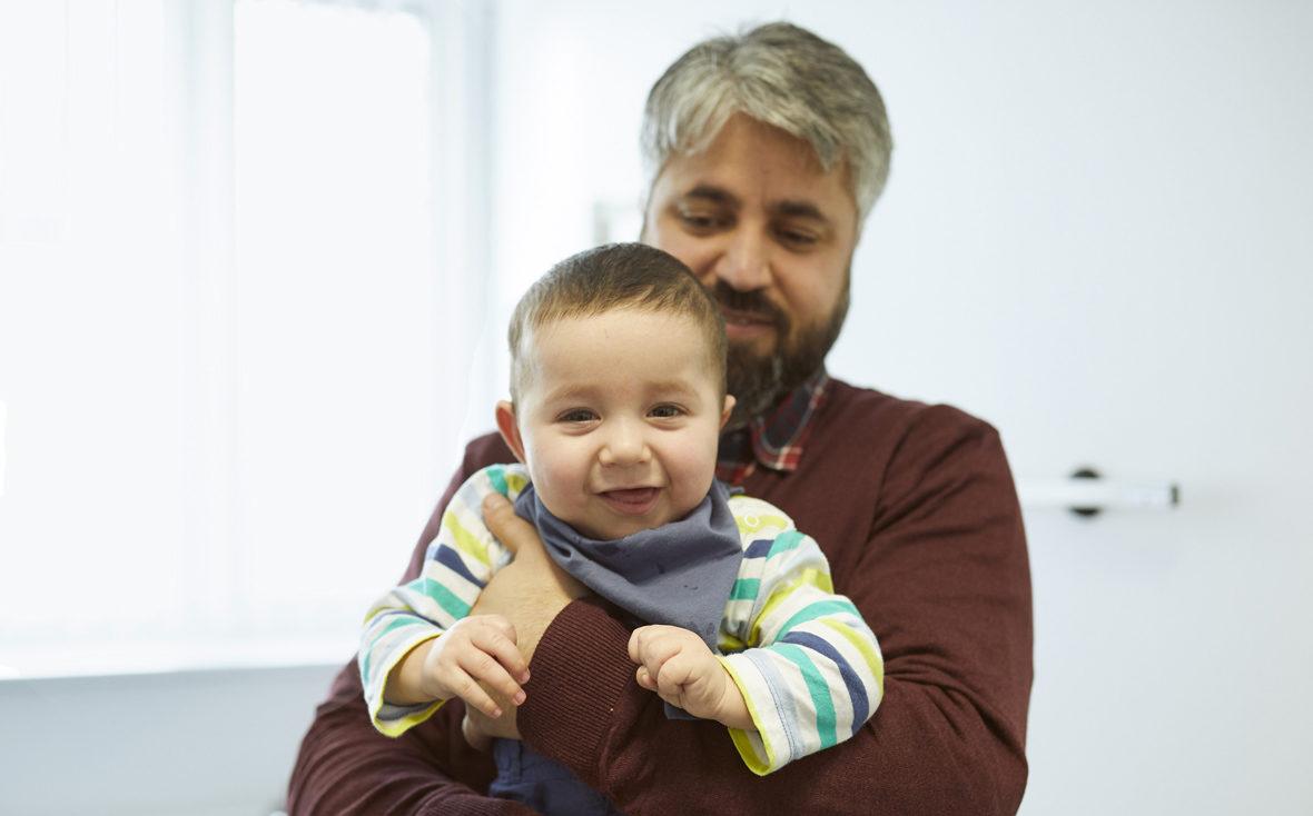Der Einjährige Emir begrüßt uns im Behandlungsraum im Universitätsklinikum Hamburg-Eppendorf mit einem breiten Lächeln.