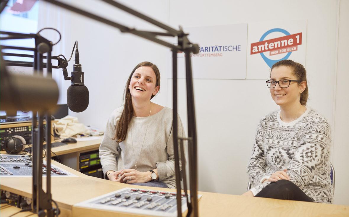 Klinikradio Rio: Die beiden Redakteurinnen sitzen vor dem Mischpult und lachen.