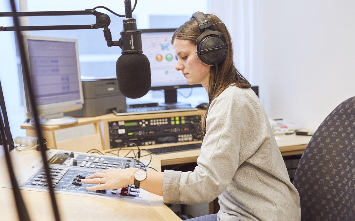 Klinikradio Rio: Redakteurin sitzt am Mischpult.