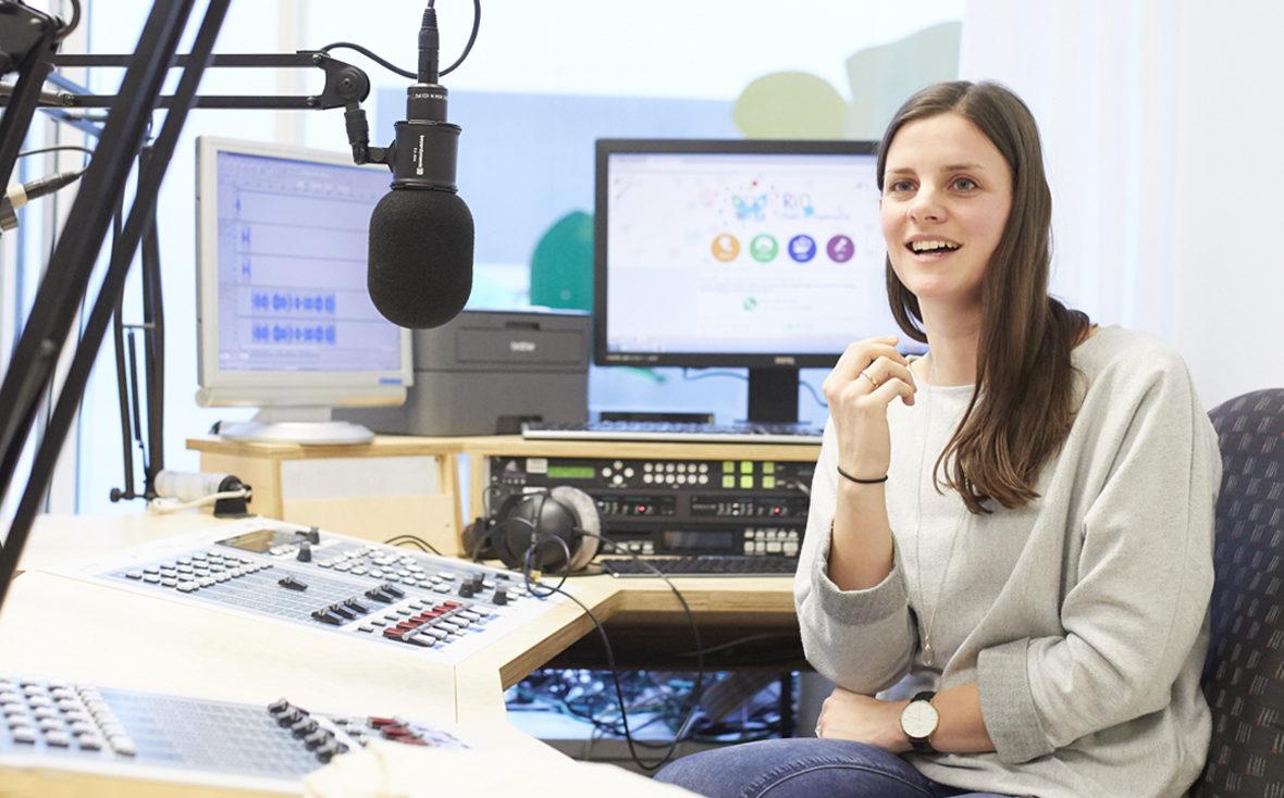 Radio Rio: Mischpult und Redakteurin.