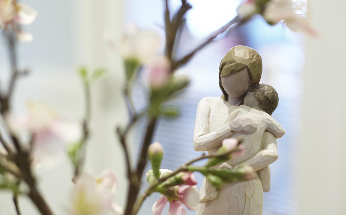 Familien mit Krebs: Holzfigur von Mutter und Kind