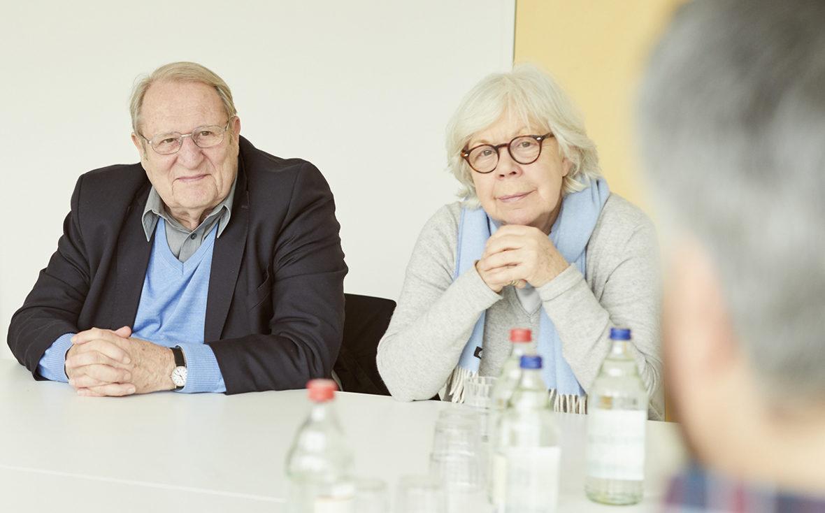 Marlies Paschen, Vorsitzende des Hamburger Vereins Freunde der Kinderklinik, und Theo Froehlich im Gespräch mit einem betroffenen Vater