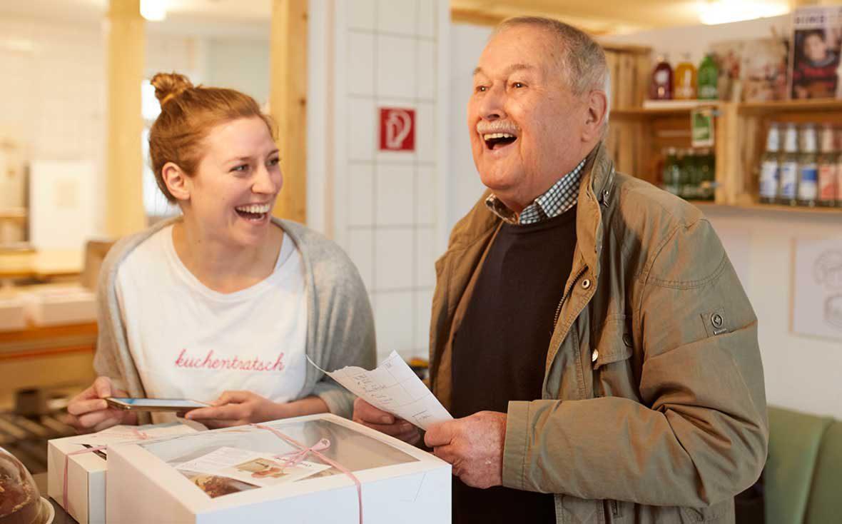 Zu Besuch bei Kuchentratsch: Theresa mit  Lieferopa Richard