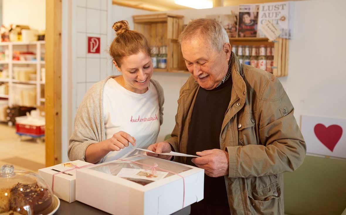 Zu Besuch bei Kuchentratsch: Theresa bespricht mit Lieferopa Richard die heutige Fuhre