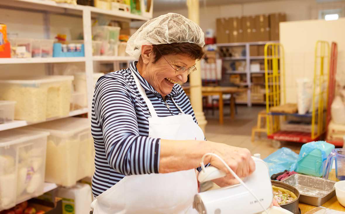 Zu Besuch bei Kuchentratsch: Oma Anni rührt einen Teig an