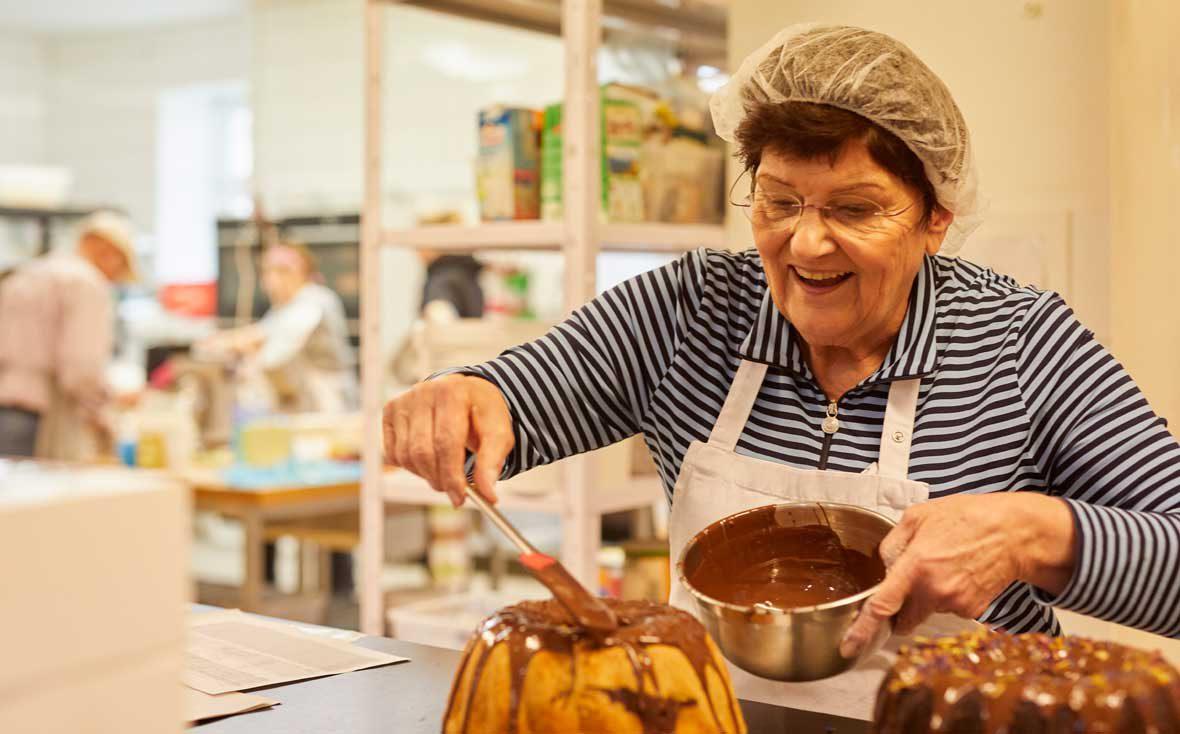 Zu Besuch bei Kuchentratsch: Om Anni dekoriert Kuchen