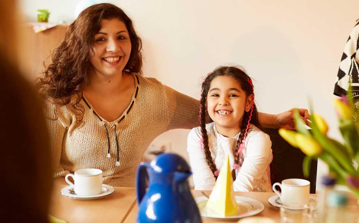 Angelina und ihre Tochter freuen sich auf den Kuchen