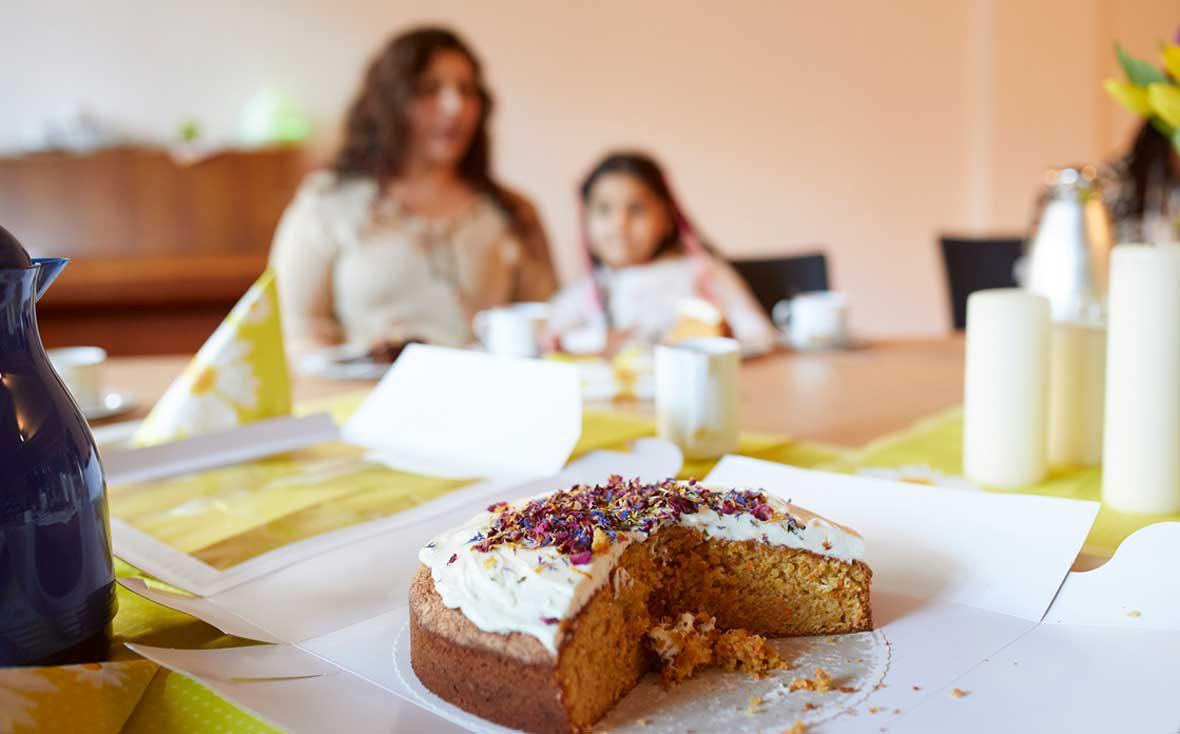 Der Kuchen ist angeschnitten und steht auf dem Tisch