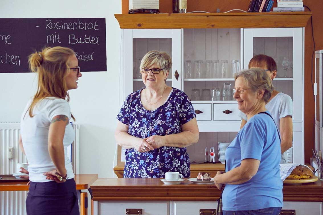 Nadin Linz im Gespräch mit ihren ehrenamtlichen Helferinnen.
