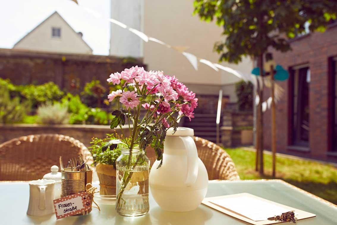 Blumen stehen auf dem Tisch im Garten-Café des Mehrgenerationenhaues Mathildenstift in Münster.