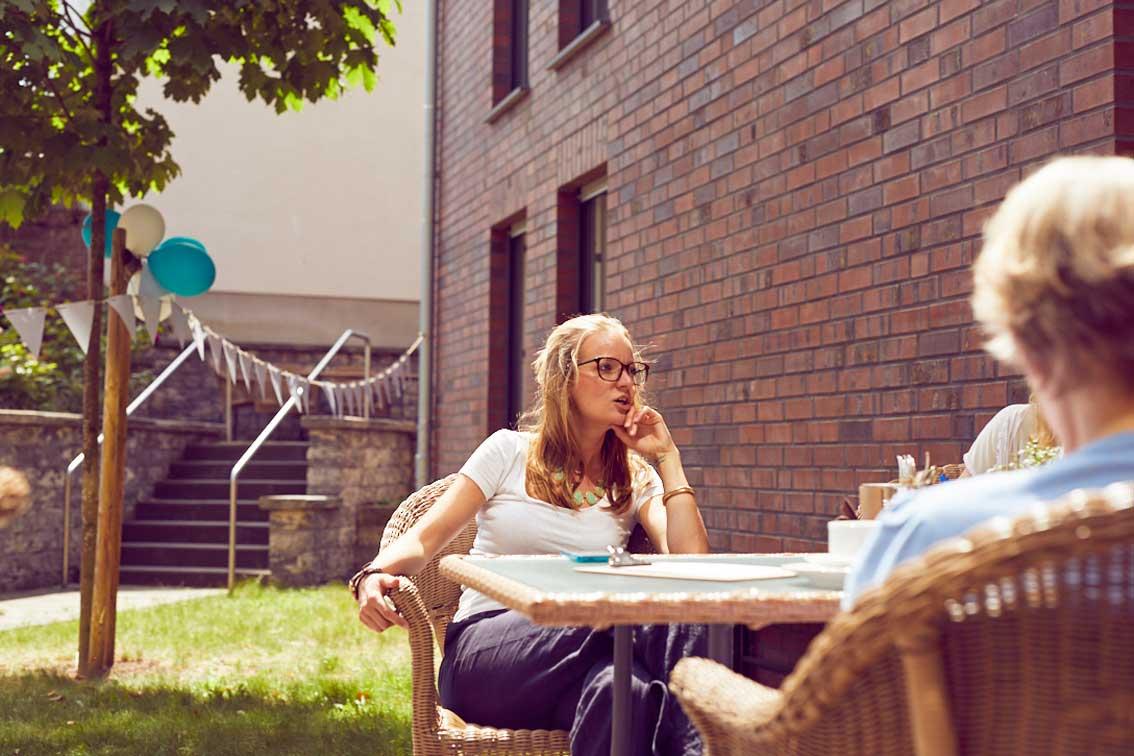 Quartiersmanagerin Nadin Linz im Gespräch mit Marianne Paschen im Garten-Café des Mehrgenerationenhaues Mathildenstift in Münster.