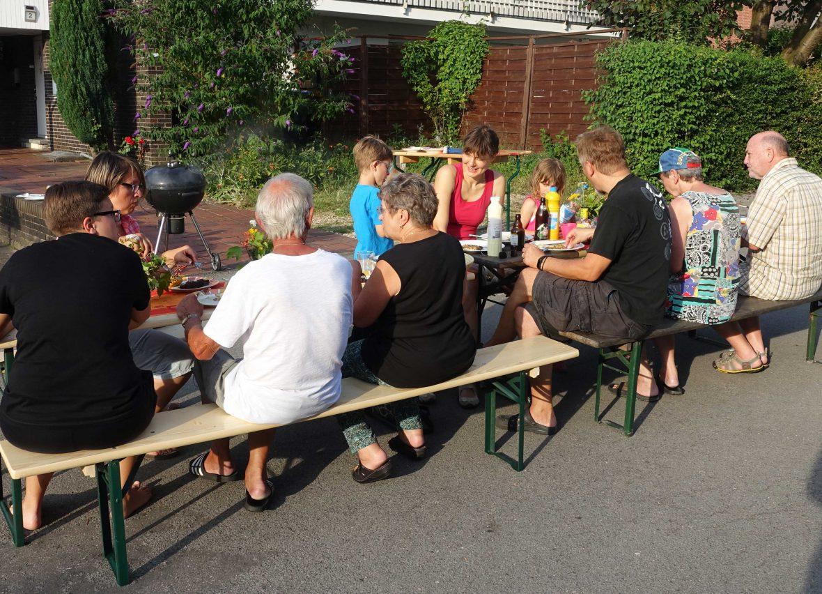 Ein Nachbarschaftsfest in der Straße von Nicole Kasper-Kuklik.