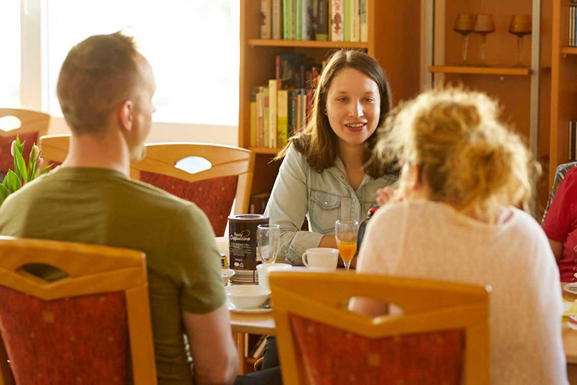 Quartiersmanagerin Sarah Meyer am Tisch beim Kreativfrühstück in Schwarzenberg.