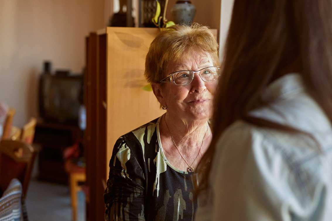 Eine ältere Frau im Gespräch mit Quartiersmanagerin Sarah Meyer.