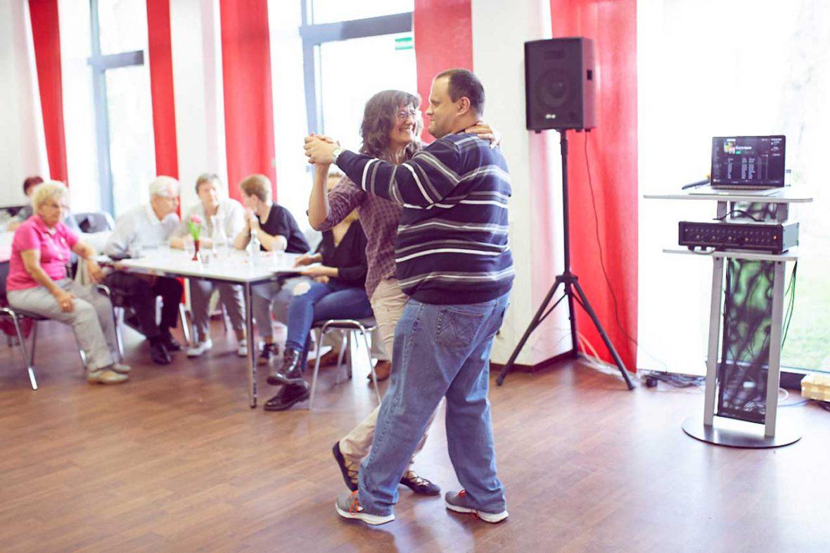 Tanztherapeutin Annelie und der blinde Markus tanzen einen brasilianischen Tanz.