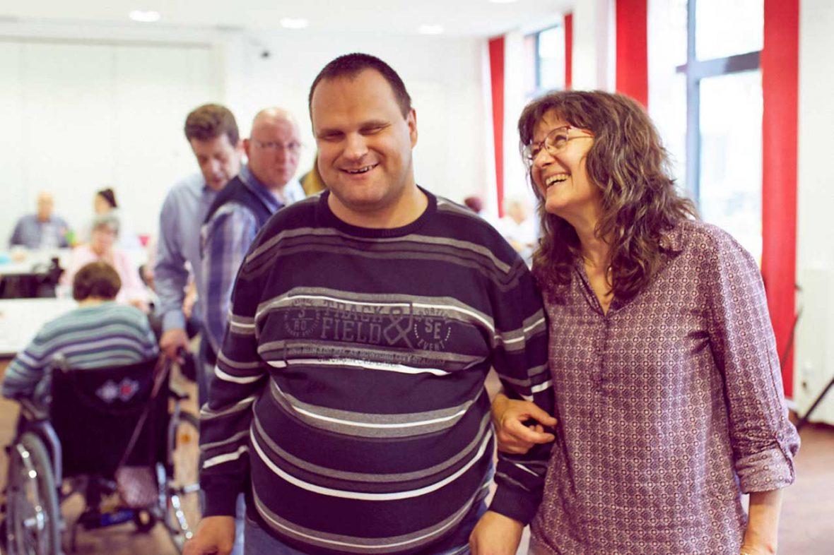 Tanztherapeutin Annelie mit Markus. Die beiden lachen fröhlich.