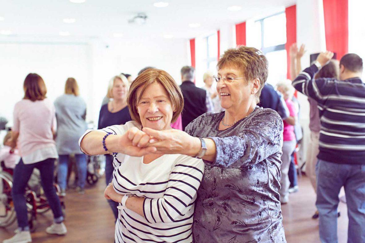 Zwei Frauen tanzen beim Tanztee im Stadtteilzentrum in Hamm.