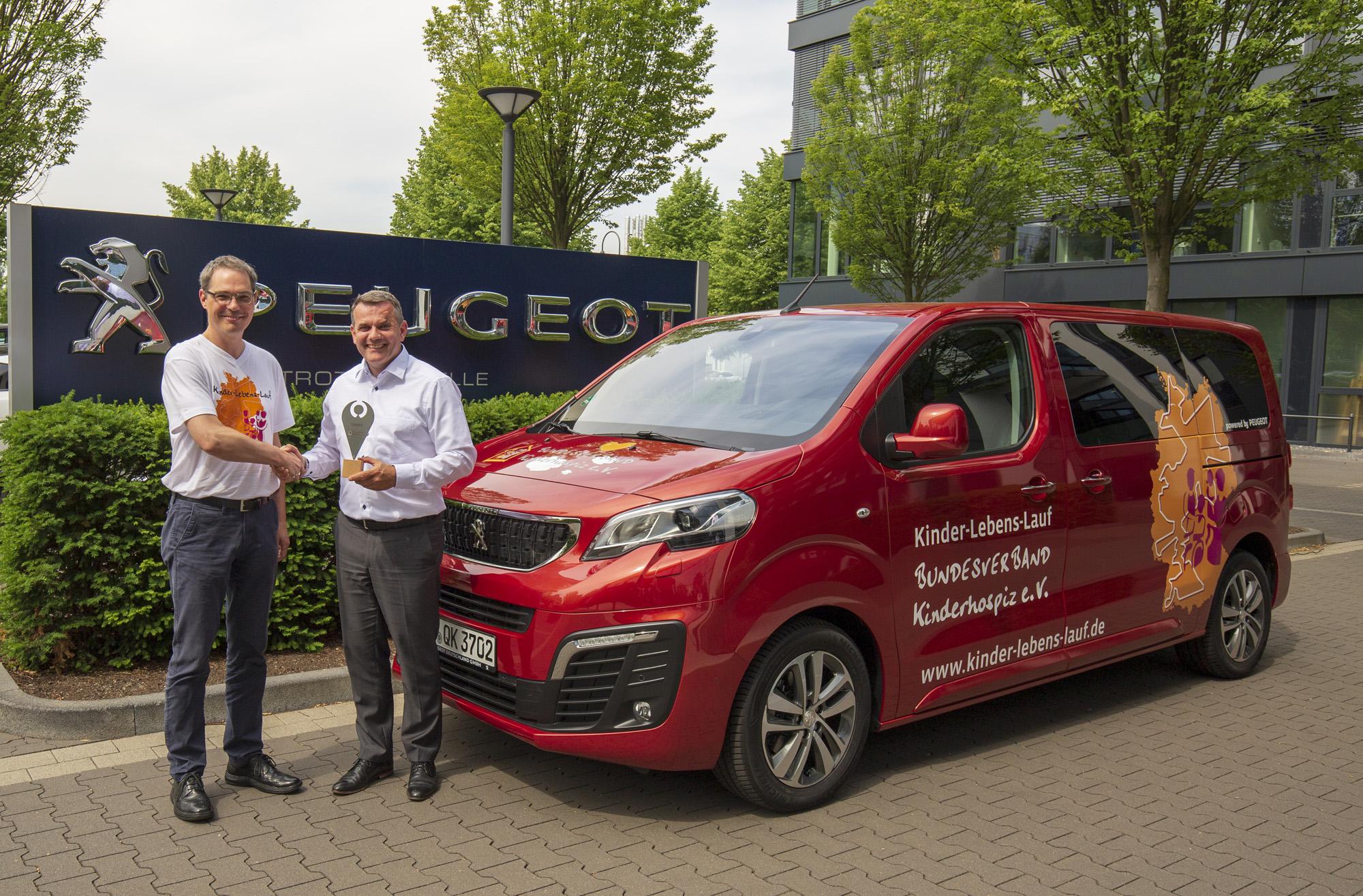 Mit diesem Tourbus geht es quer durch Deutschland. Das Fahrzeug wurde von der Automarke Peugeot zur Verfügung gestellt, die den Kinder-Lebens-Lauf ebenfalls unterstützt. Foto: Peugot