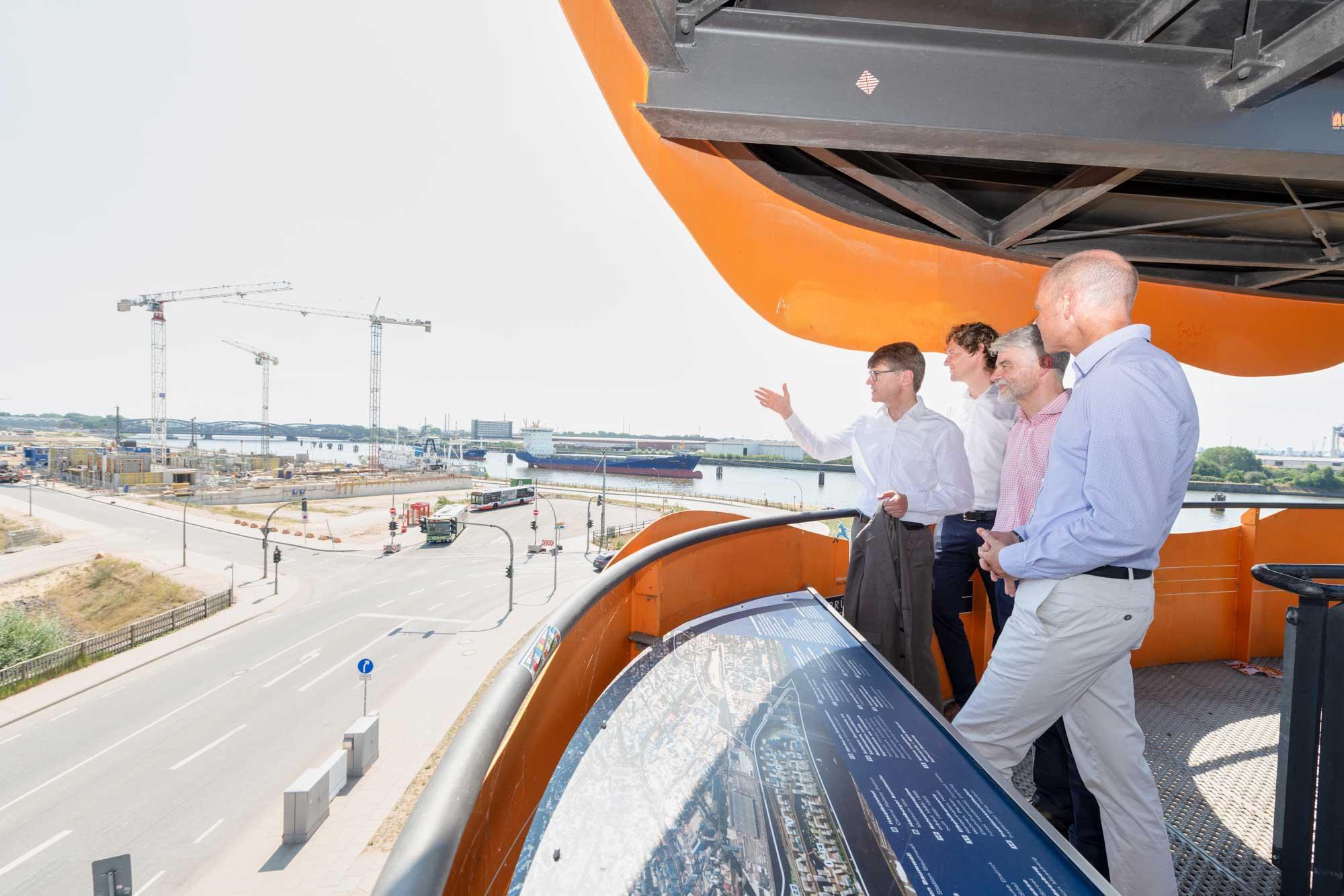 Giselher Schultz-Berndt und Ulf Bodenhagen zeigen Christian Kipper und Markus Winkler die Baustelle, wo FESTLAND entsteht.
