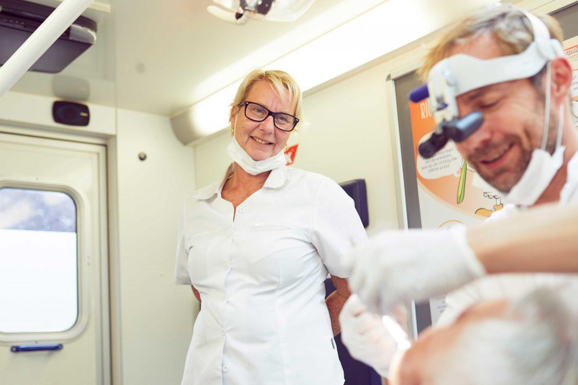 Anja Kleinschmidt ist Zahnmedizinische Fachangestellte beim Caritas Zahnmobil in Hamburg