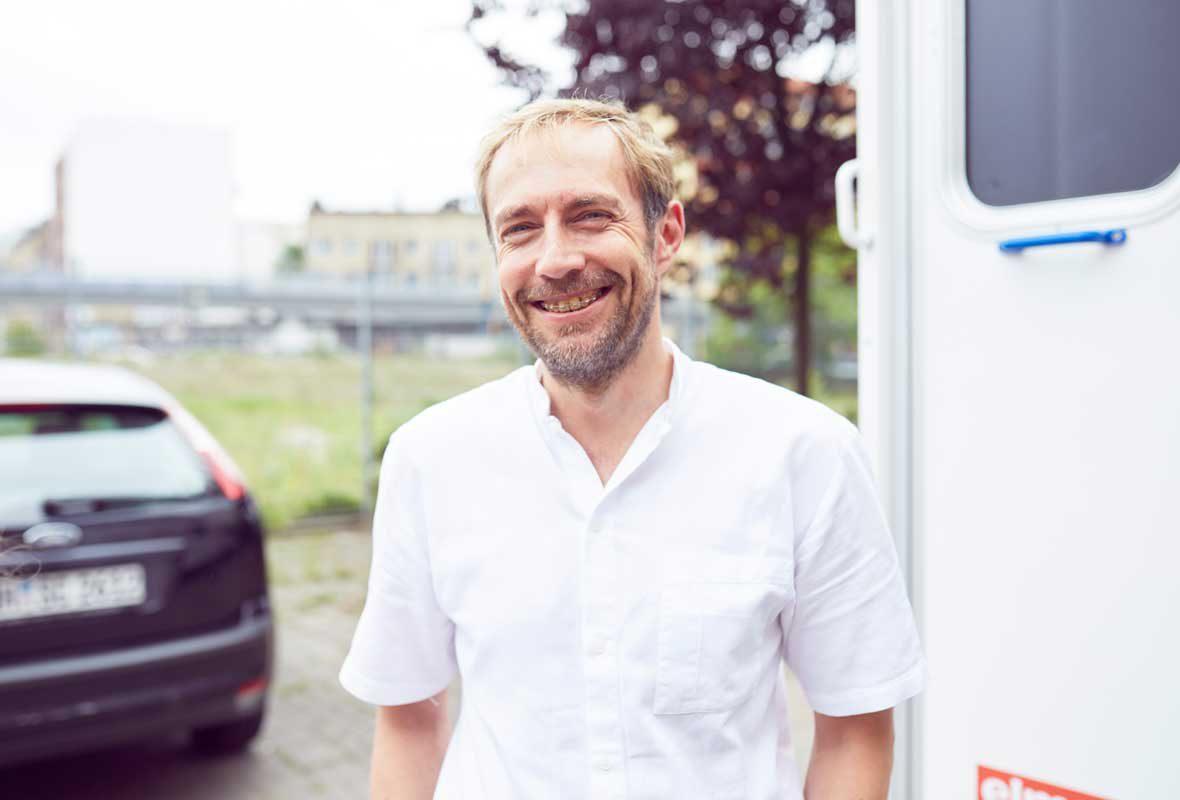 Zahnarzt Dr. Uphoff ist ehrenamtlich für das Zahnmobil der Caritas Hamburg unterwegs.