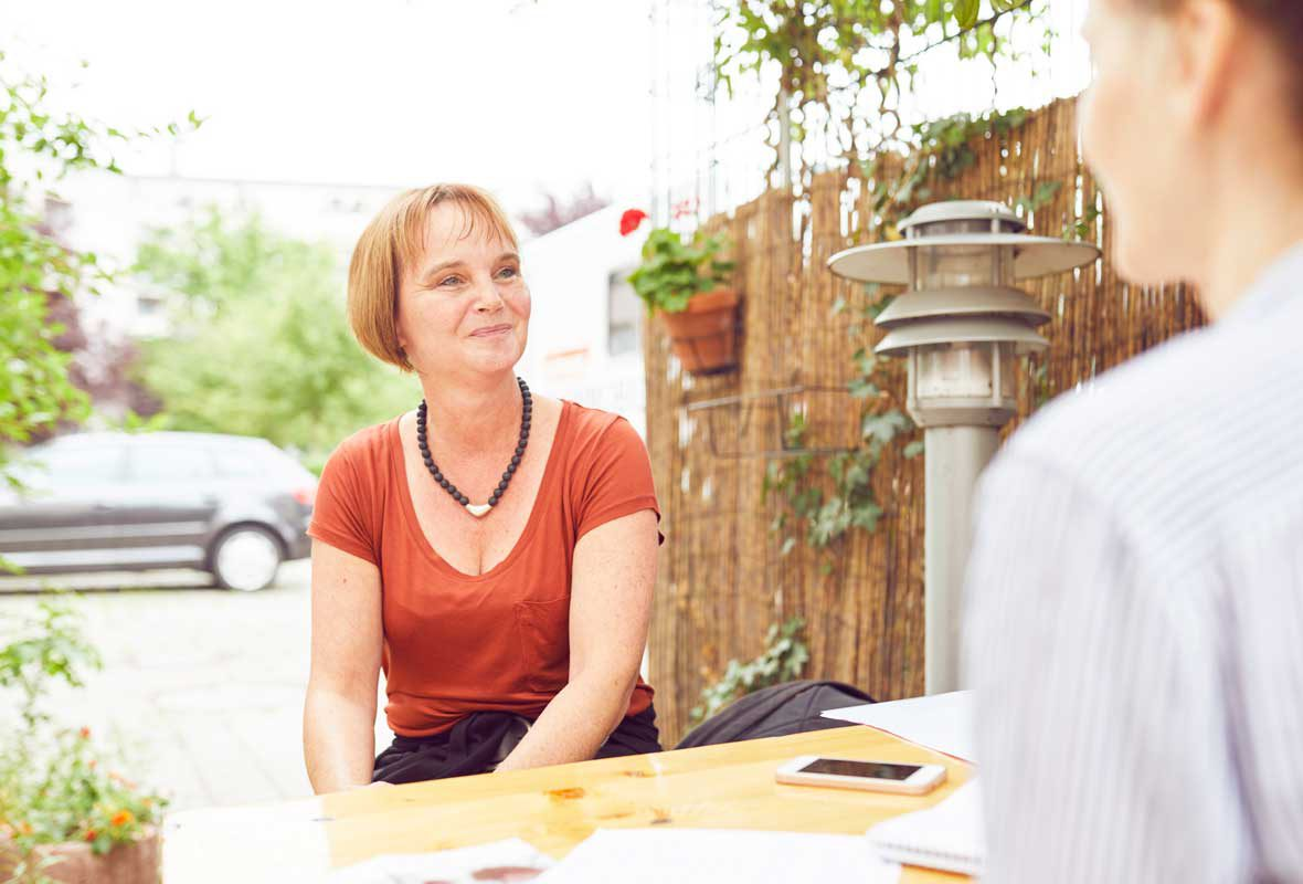 Christine Himberger, Leitung des Zahnmobils für Obdachlose, im Gespräch mit der Deutschen Fernsehlotterie