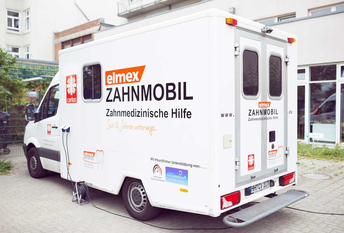Das Zahnmobil der Caritas in Hamburg vor der Obdachlosen Aufenthaltsstätte Herz As