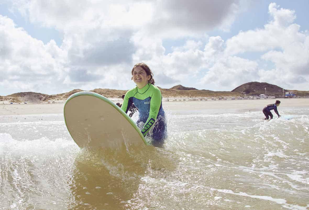 Im Rahmen der Kinderreisen lernen Jungen und Mädchen diesen Sommer im Surf-Camp auf Sylt wie man die Wellen bändigt