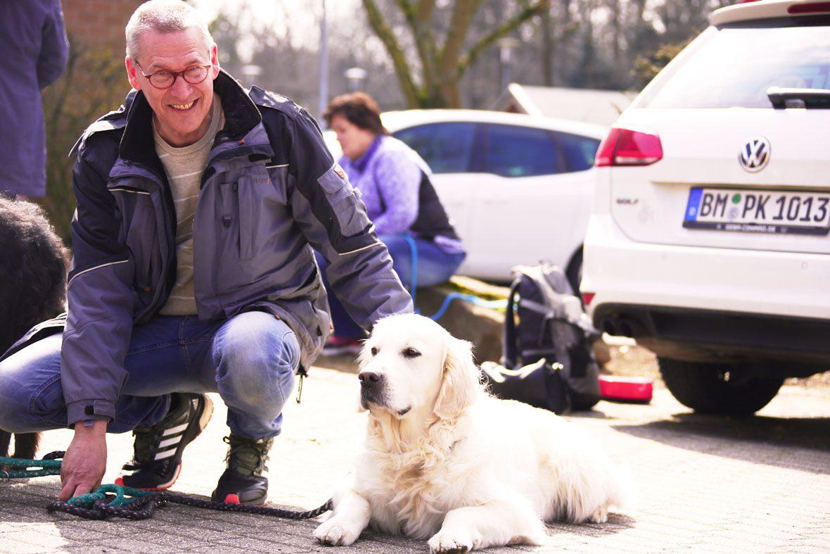 Kursteilnehmer Alfred mit seinem Golden Retriever Kalle.