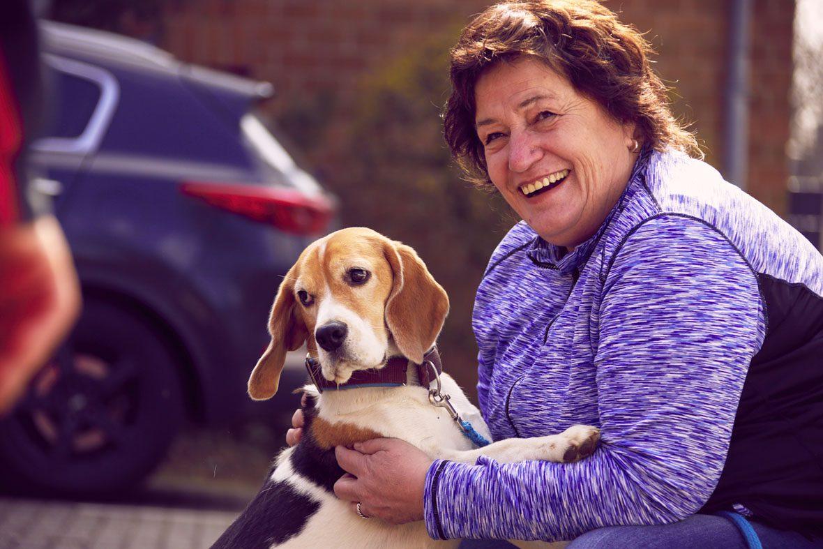 Eine Teilnehmerin des Qualifikationskurses mit ihrem Hund.