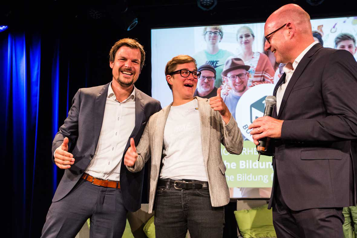 """Lena Wiewell nahm den Deutschen Nachbarschaftspreis 2018 für das Projekt """"Tausche Bildung für Hilfe"""" entgegen, das zum ersten Bundessieger gekürt wurde."""
