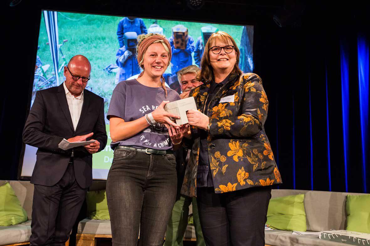 Liv Sommer vom Demokratiebahnhof Anklam nahm den Deutschen Nachbarschaftspreis 2018 entgegen. Mit hrem Projekt landete sie auf Platz 2.
