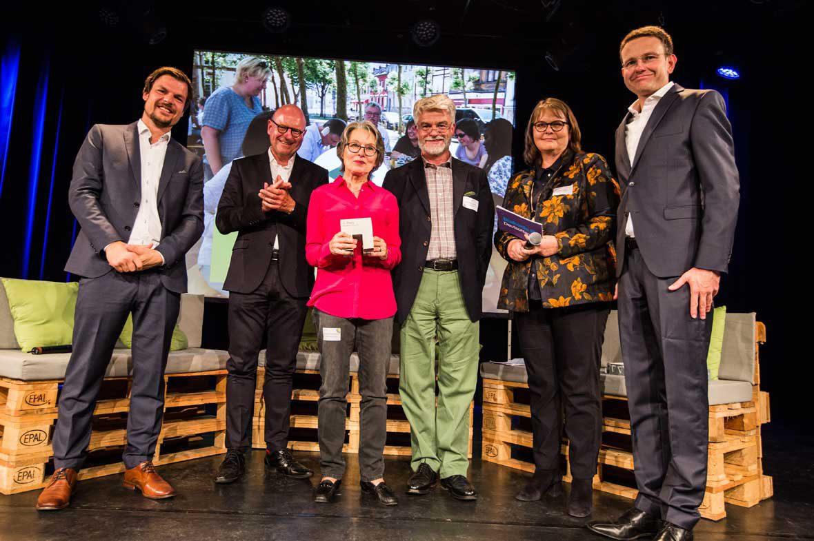 Christian Kipper, Geschäfstführer der Deutschen Fernsehlotterie und der Stiftung Deutsches Hilfswerk, überreichte Liselotte Hartmann vom Projekt Nauwieser Picknick den Deutschen Nachbarschaftspreis für den dritten Platz.