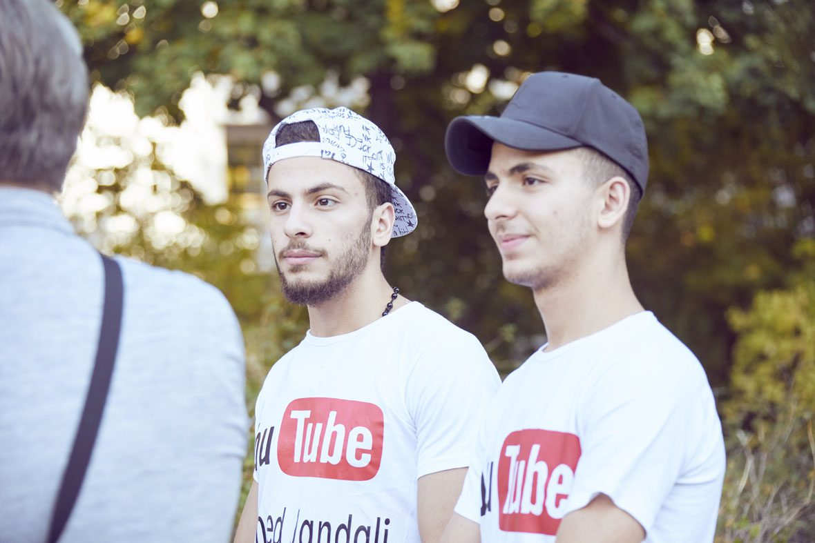 Ahmed und Tawfik mit ihren YouTube-Shirts.