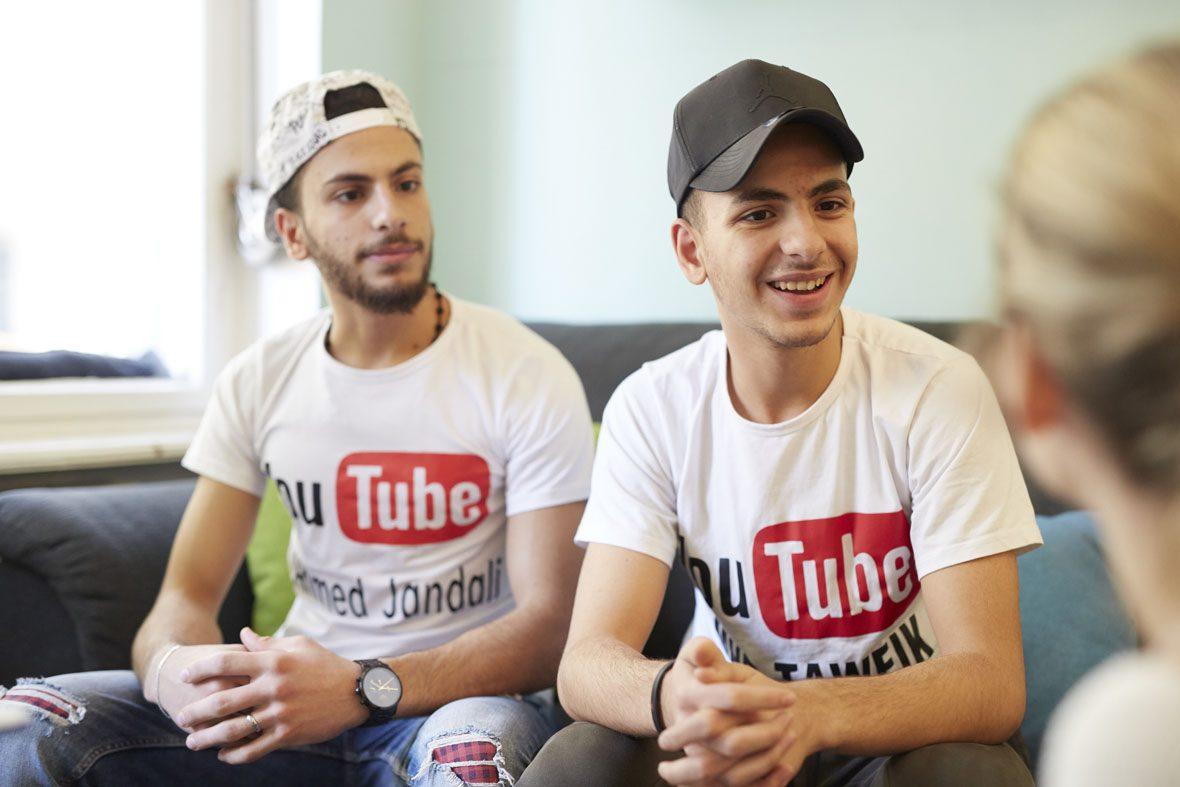 Ahmed und Tawfik im Gespräch mit Redakteurin Katharina Hofmann.