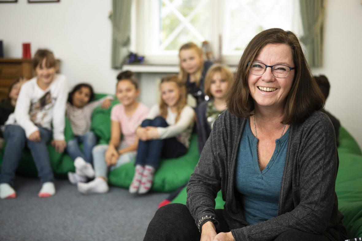 Projektkoordinatorin der Kinderhilfe e.V. mit Geschwisterkindern im Nachsorgehaus in Bad Malente