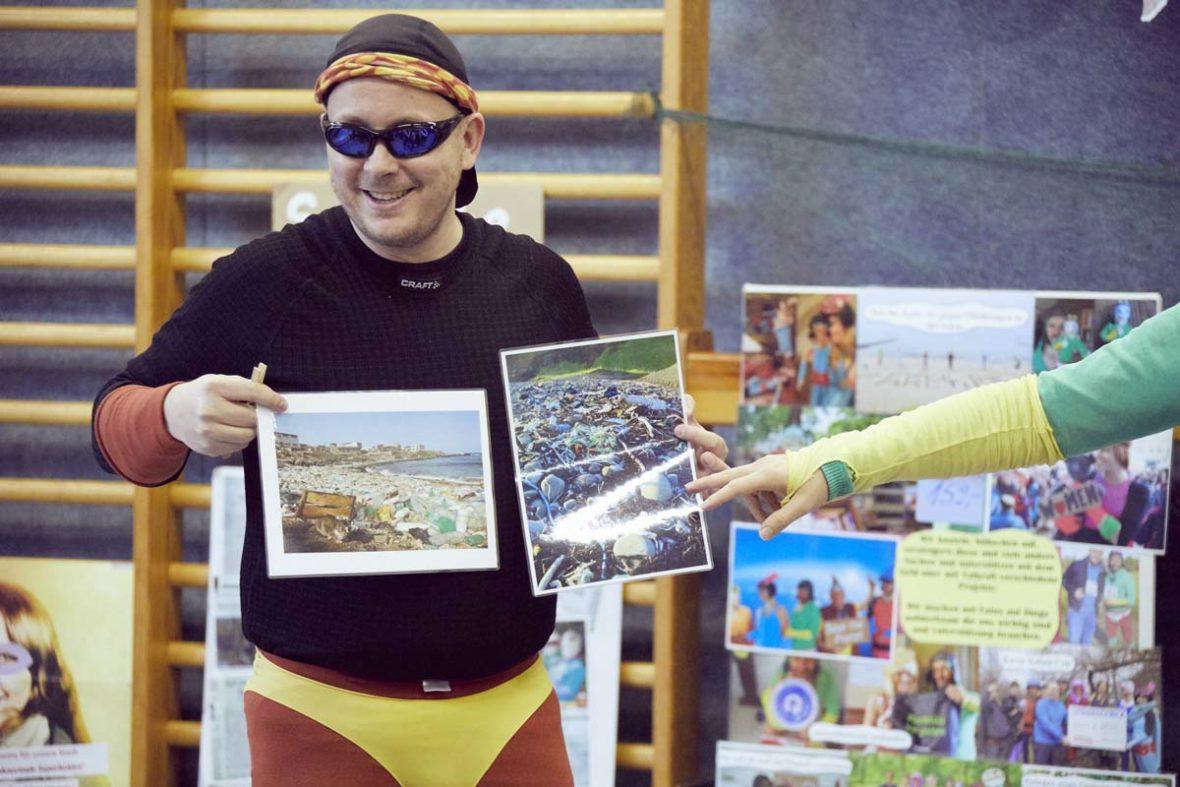 Der Stinknormale Superheld Panthalone zeigt Bilder von Plastikmüll am Strand und im Wasser.
